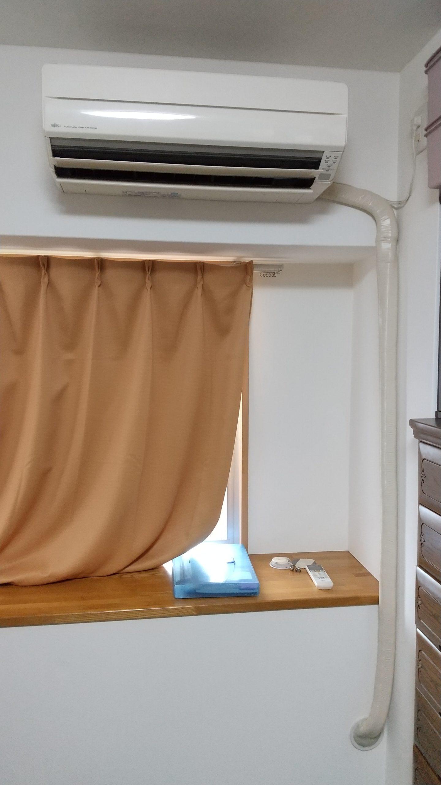 配管貫通穴が下の為、室内での配管露出部分が多いです。