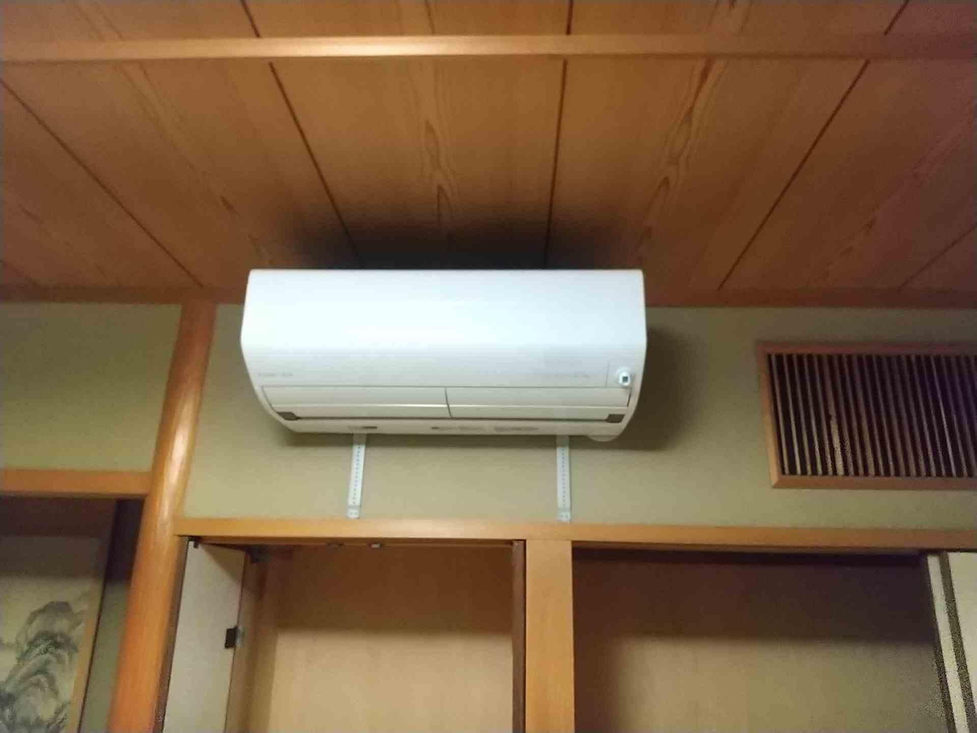 今回取り替えたエアコンです。配管は新しく引き直しました。
